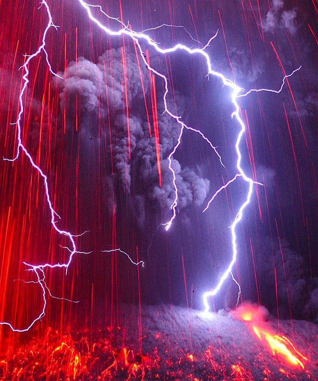 Terrifying Volcanic Lightning Photographed by Martin Rietze volcanoes lightning Japan