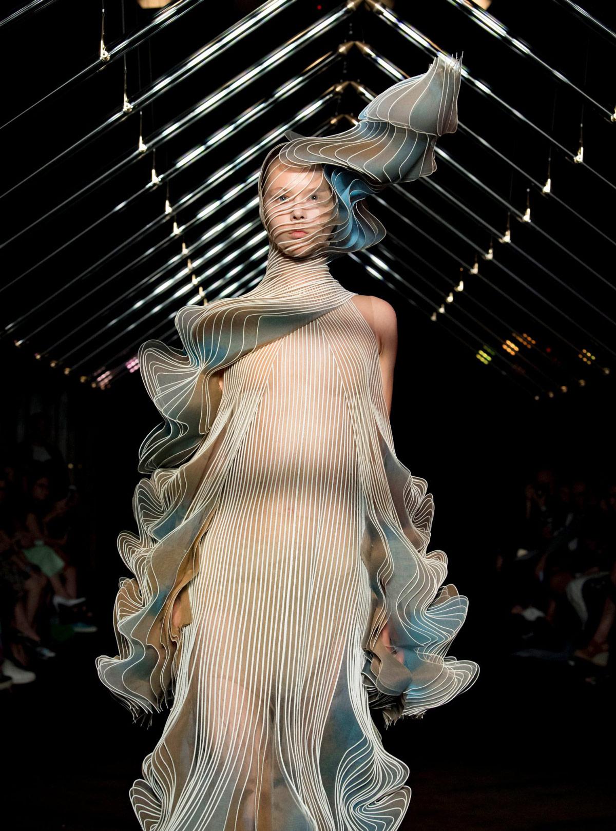04eccf4a7 Pleated Garments Inspired by Birds in Flight by Iris van Herpen ...