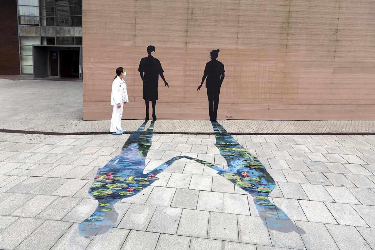 Pejac: Caress (Caricia), de su proyecto Strength, en el Hospital Universitario Marqués de Valdecilla (HUMV), de Santander.