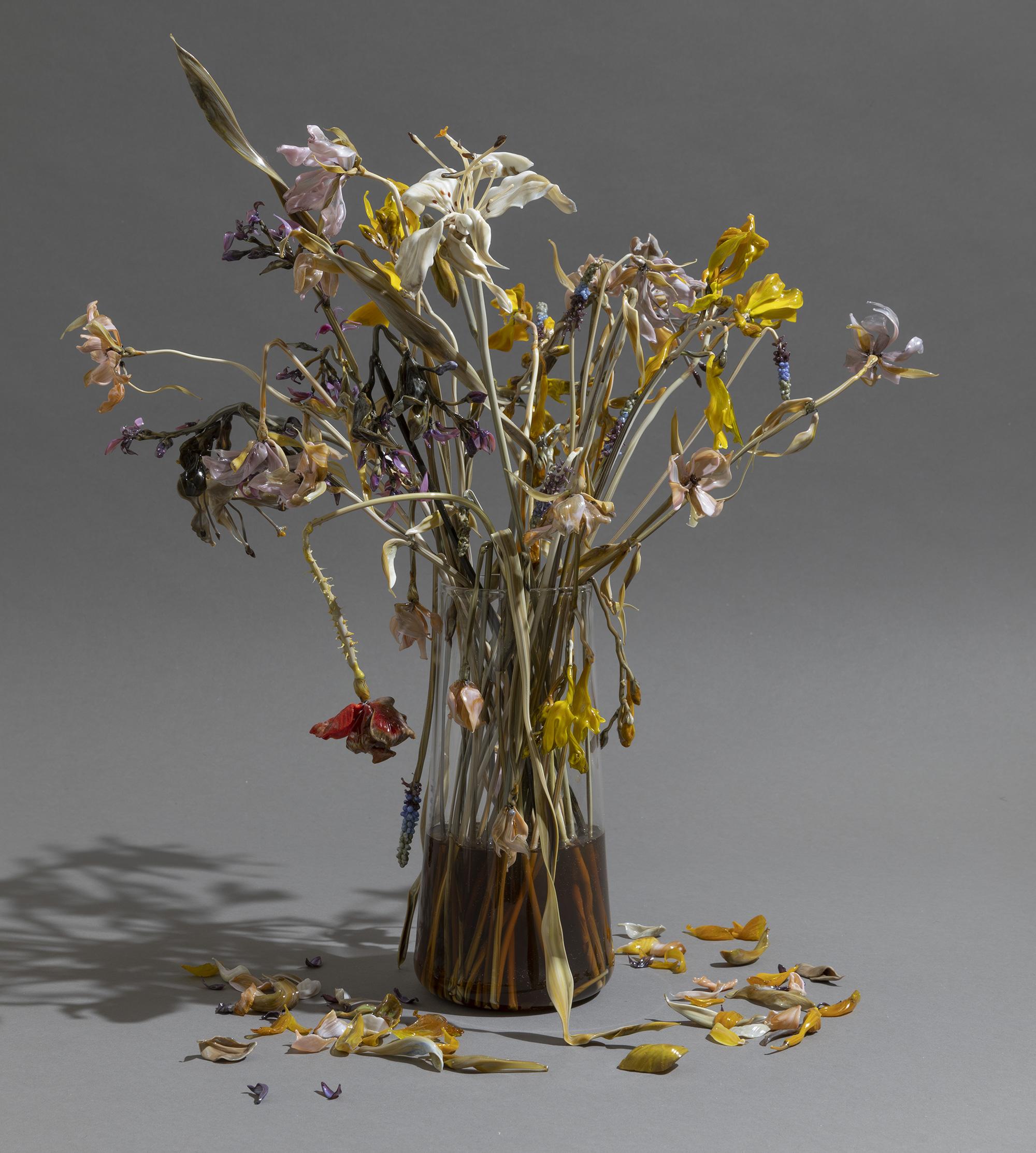 Fiori recisi e di campo ormai appassiti scolpiti elegantemente nel vetro di Lilla Tabasso